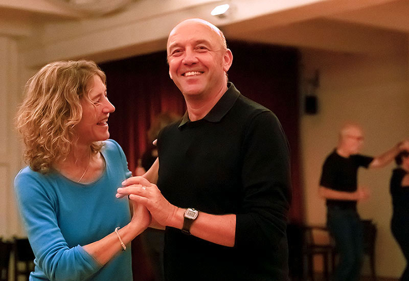 Paar tanzt Discofox