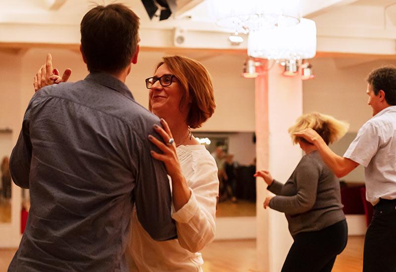 Paar tanzt Standard/Latein