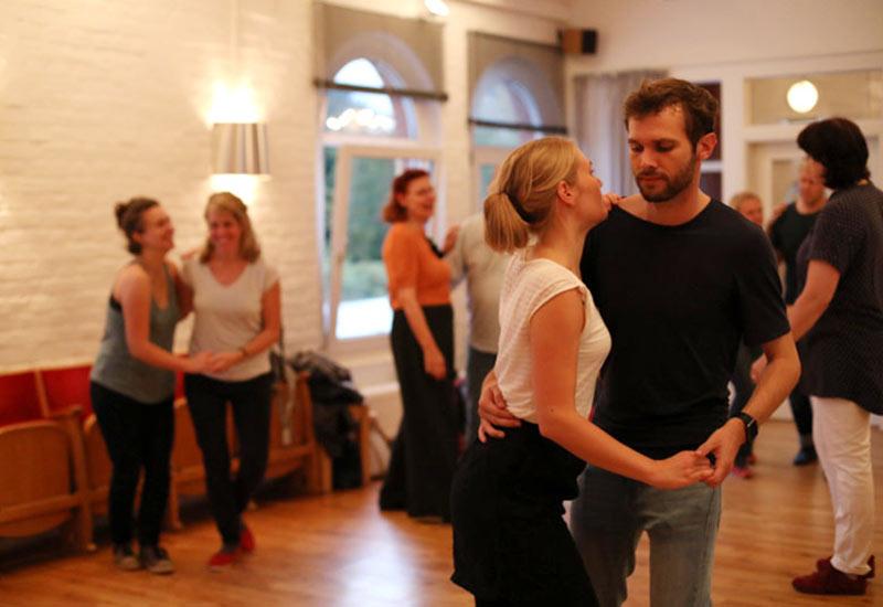 Paar tanzt Swing